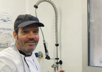 Christophe Garcia, le chef de cuisine, avec la pêche du jour