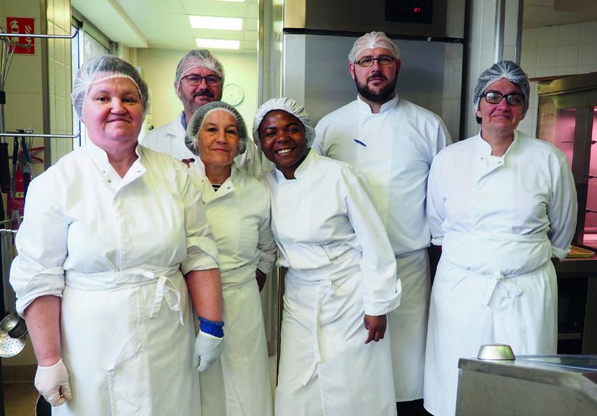 Laurent Ravenel, Jaouen Harvian et l'équipe de cuisine ©M.Buland