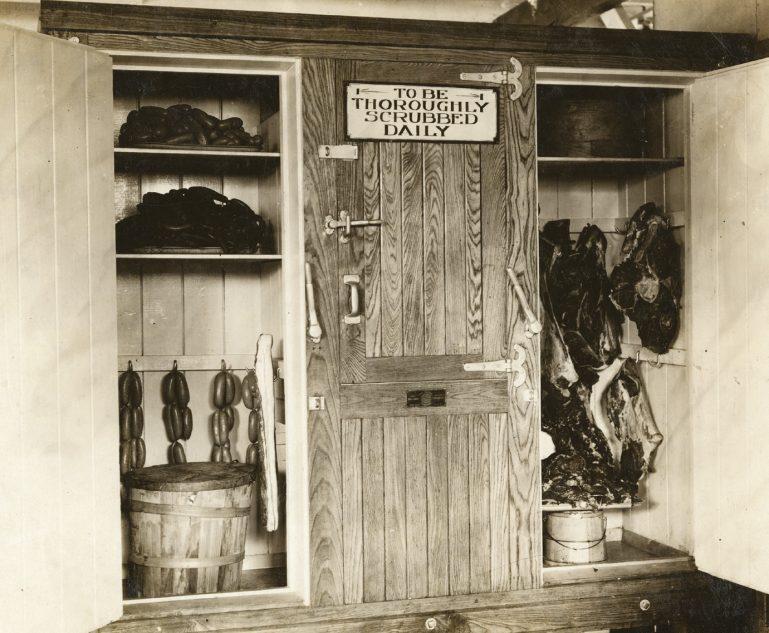 L'ancêtre de la chambre froide au Camp militaire de Devens dans le Massachusetts - probablement dans les années 30. Le panneau indique : « à nettoyer soigneusement quotidiennement »