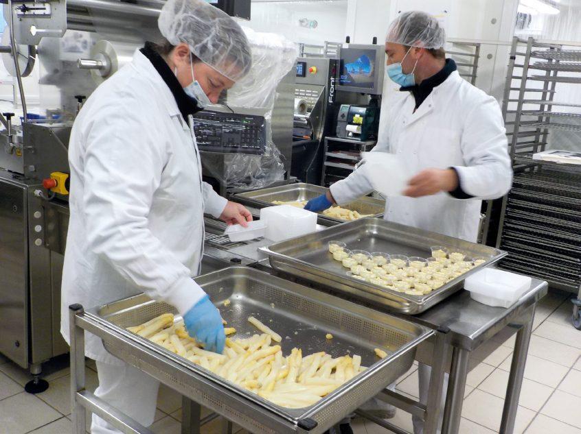 Préparation des barquettes d'asperges avec leur sauce mousseline